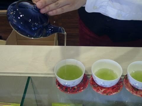 お茶を注ぐ写真.jpg