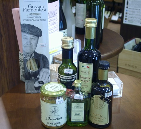 オリーブオイルやバルサミコ酢などの高級食材.jpg