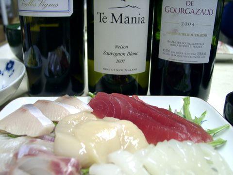 マグロやホタテの刺身と白ワイン.jpg