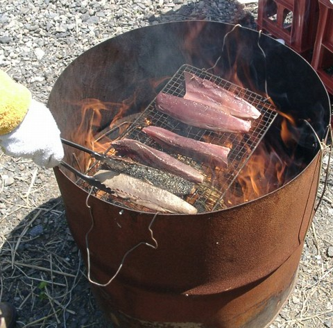 藁焼き鰹調理中1.jpg
