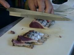 藁焼き鰹調理中2.jpg