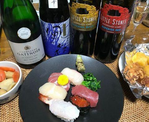 お祝いのお寿司とお酒.jpg
